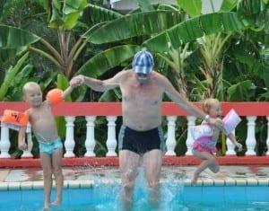 opa, Stijn en Charlotte bommetje in het zwembad