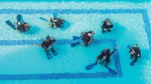 Duikles op Curaçao in het zwembad